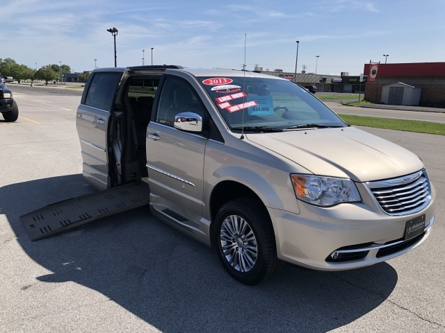 2013 Chrysler Town & Country Touring-L w/ Braunability Side Entry Con, A21010MZ, Photo 1